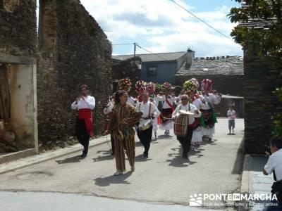 Majaelrayo - Pueblos arquitectura negra - Fiesta de los danzantes, Santo Niño; señales senderismo